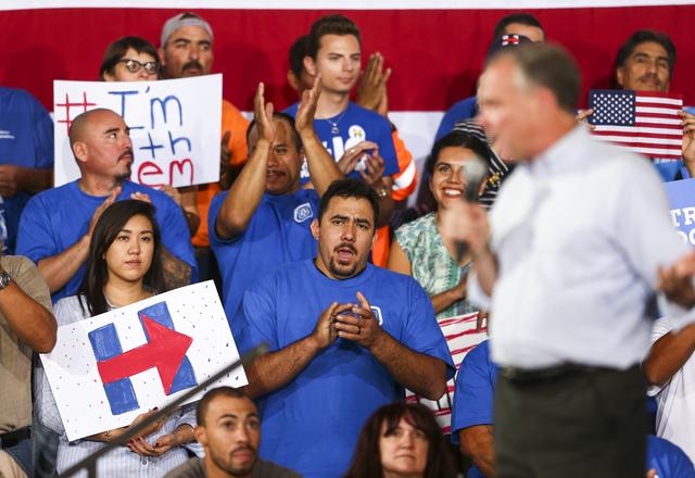 Trabajadores carpinteros reaccionan en apoyo al senador Tim Kaine (D-Va) y candidato demócrata a vicepresidente, en un evento de campaña en el Centro de Capacitación de la Hermandad Unida de Ca ...