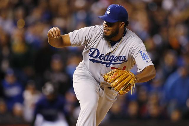 El relevista de Los Angeles Dodgers, Kenley Jansen, sigue con un lanzamiento a los Tony Wolters de Colorado Rockies durante la novena entrada de un partido de béisbol el sábado 23 de abril de 20 ...