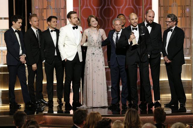 """Esta imagen lanzada por NBC muestra el elenco y la tripulación de """"La La Land"""" ganador del premio a la mejor película de cine musical o comedia en la entrega Anual 74 de los Golden Globe Awards  ..."""