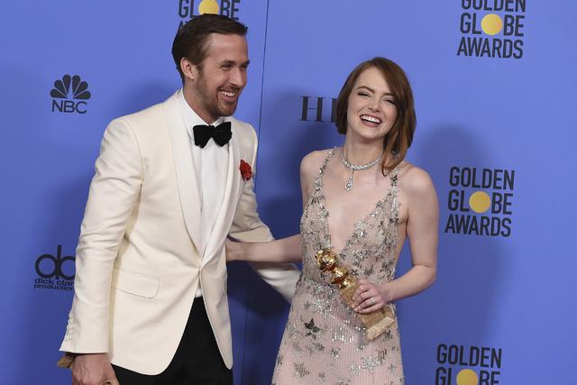 Ryan Gosling, a la izquierda, y Emma Stone posan en la sala de prensa con el premio a la mejor actuación de un actor y actriz en un cine - musical o comedia en la entrega Anual 74 de los Golden G ...