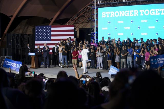 La candidata demócrata a la presidencia, Hillary Clinton se presentó por sorpresa en el Craig Ranch Regional Park en North Las Vegas, la noche del miercoles 19 de octubre del 2016, poco después ...