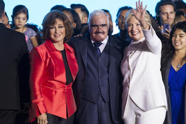 Desde la izquierda la actriz y cantante Angélica María, la leyenda musical ranchera Vicente Fernández, y la candidata demócrata a la presidencia Hillary Clinton, en el anfiteatro del Craig Ran ...