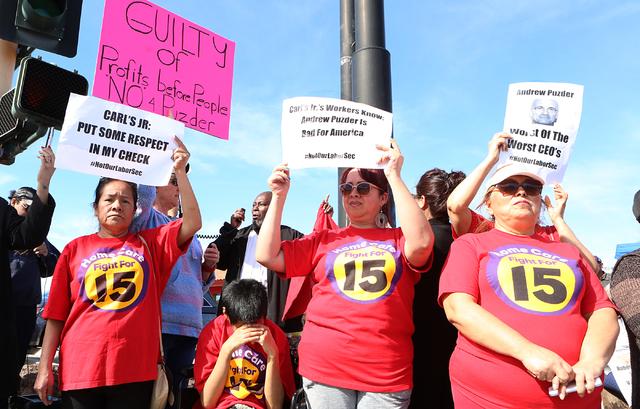 Desde la izquierda Petra de Santos, Irma Calzadillas y Bertha Navarro junto con otros trabajadores se manifiestan para pedir públicamente incremento al salario mínimo. La protesta ocurrió el 13 ...