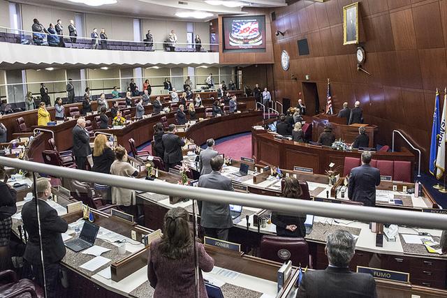 Los miembros de la Asamblea de Nevada, realizan el Juramento de Lealtad durante el cuarto día de la Legislatura de Nevada, el jueves 9 de febrero de 2017 en Carson City. (Benjamin Hager/Las Vegas ...