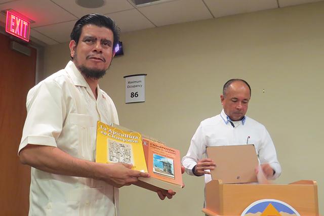 El Ayuntamiento de North Las Vegas recibió algunos libros de la cultura maya, los cuales permanecerán en dicha oficina para enriquecer su repertorio literario. Martes 1 de noviembre en North Las ...