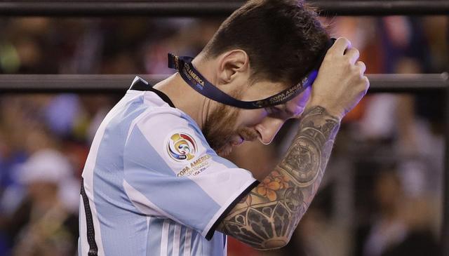 El jugador del equipo de Argentina, Lionel Messi se quita su medalla después de las presentaciones de la Copa America Centenario, el domingo 26 de junio de 2016 en East Rutherford, N.J. Chile ven ...