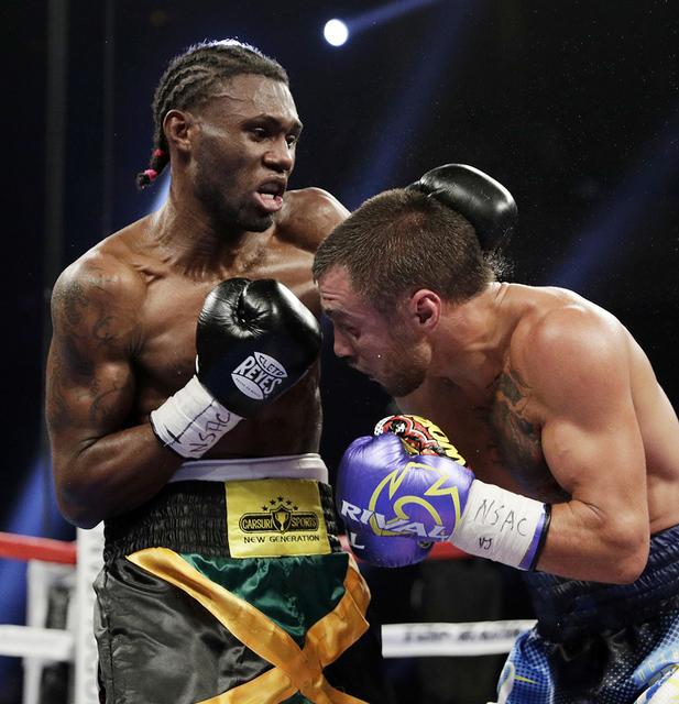 Nicholas Walters a la izquierda, de Jamaica, golpea a Vasyl Lomachenko de Ucrania, en un torneo WBO junior de peso ligero, el sábado 26 de noviembre de 2016 en Las Vegas. (Foto AP / John Locher)