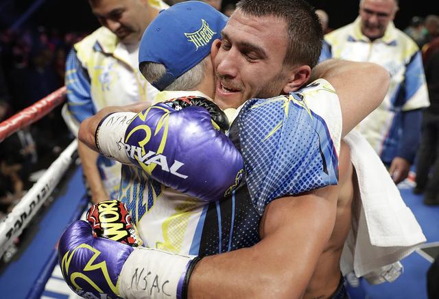Vasyl Lomachenko, de Ucrania, celebra después de derrotar a Nicholas Walters, de Jamaica, en un torneo WBO junior de boxeo de peso ligero el sábado 26 de noviembre de 2016 en Las Vegas. (AP Phot ...