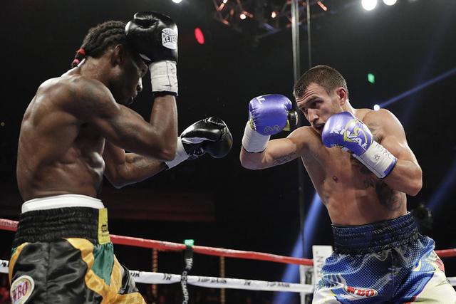 Vasyl Lomachenko, a la derecha, de Ucrania, pelea con Nicholas Walters, de Jamaica, en un campeonato WBO junior de peso ligero el sábado 26 de noviembre de 2016 en Las Vegas. (AP Photo / John Locher)