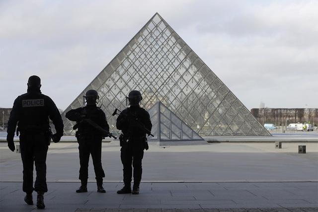 """Efectivos de la Policía Francesa aseguran el área de la Pyramid, del Museo del Louvre, en París, el 3 de febrero del 2017,  después que un hombre gritando """"Dios es grande"""" atacó a soldados qu ..."""