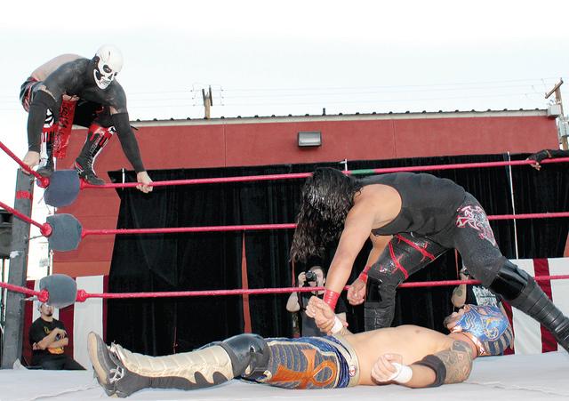 El luchador local Funny Bone, fue traicionado por sus compañeros de Tijuana. El evento se llevo a cabo domingo 18 de septiembre en el Country Club Freemont. Foto El Tiempo