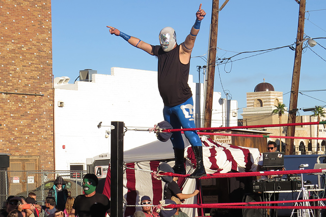 UNAM celebra su triunfo contra Espectro, en una pelea donde inició siendo duramente castigado por su rival. Domingo 13 de noviembre en la explanada del salón 601 Fremont. Foto El Tiempo.