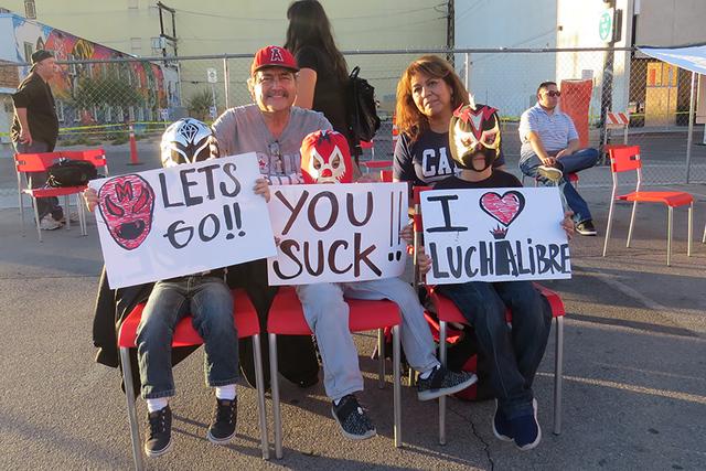 La familia Urbano disfruto de esta lucha libre de una manera muy particular, ya que siguen este deporte desde que radicaban en California. Domingo 13 de noviembre en la explanada del salón 601 Fr ...