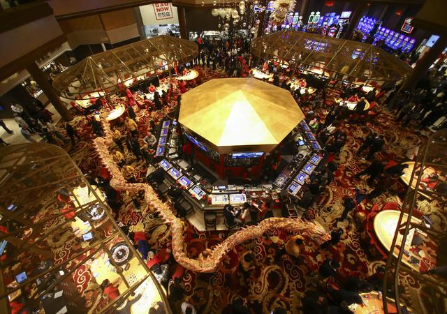 El 3 de diciembre del 2016 fue inaugurado el hotel y casino Lucky Dragon. Aquí se aprecia el dragón (actuado con miembros de la Lohan School of Shaolin) serpenteando en el casino. (Chase Stevens ...