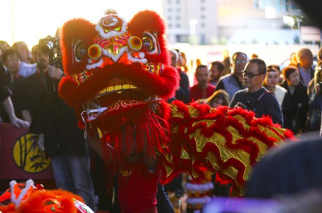 Miembros de la Lohan School of Shaolin disfrazados de este colorido dragón fueron parte de la atracción en la inauguración del hotel-casino Lucky Dragon, en Las Vegas, el sábado 3 de diciembre ...