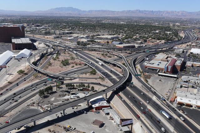 """Esta es una vista aérea de las carreteras U.S. 95 y la Interestatal 15 con sus intercambiadores en la zona llamada """"Spaghetti Bowl"""", de Las Vegas, tomada el 26 de septiembre del 2016. (Foto Archi ..."""
