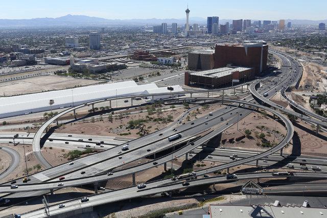 """En esta foto panorámica se ve el sistema de intercambiadores de las carreteras US 95 y la Interestatal 15, comunmente llamado """"spaghetti bowl"""",  en Las Vegas, el 26 de septiembre del 2016. (Foto  ..."""