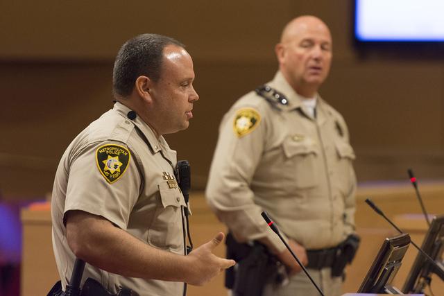 El capitán de la policía de Metro Devin Ballard, derecha, y el teniente Steve Connell, hablan sobre el primer mes en el nuevo programa de la policía en Las Vegas City Hall el miércoles 3 de ag ...