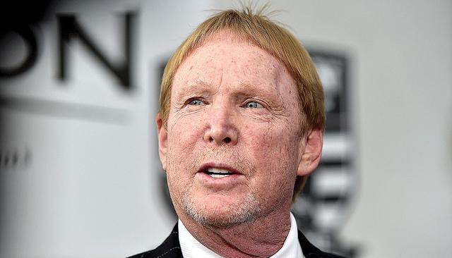 El dueño de los Raiders de Oakland, Mark Davis  habla con los medios antes del almuerzo en el Gridiron Greats Hall of Fame  en el Silverton hotel-casino, el viernes 3 de junio de 2016 en Las Vega ...