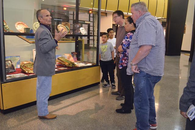 Ante tan poca asistencia, el señor Carlos Cervera narrando con emoción la historia de los Mayas. Foto El Tiempo