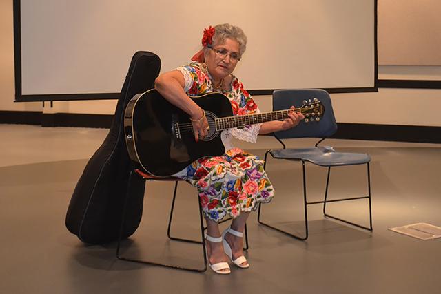 La cantante yucateca, Mercedes Rodríguez deleitó al público con diferentes interpretaciones con acompañada de su guitarra. Foto El Tiempo
