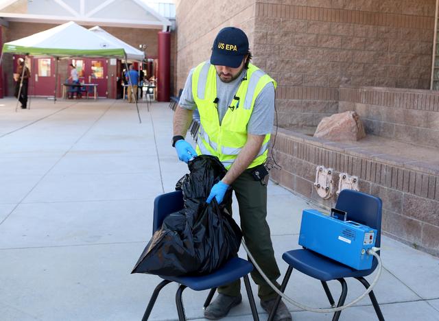 Randy Nattis, delegado federal de la agencia  EPA, hizo una demostracion, el viernes 9, de cómo se revisaron las pertenencias de los alumnos, para probar la posible contaminacion o no de mercurio ...
