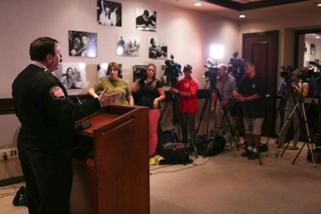 Tim Szymanski, vocero del Departamento de Bomberos de Las Vegas, responde preguntas en una conferencia de prensa, sobre el incidente de de la escuela Johnson Junior High School. (Foto Brett Le Bla ...