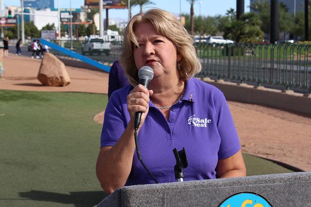 """La directora de Safe Nest, Estelle Murphy, dijo que Nevada esta en el top 5 nacional de casos de violencia doméstica, el lunes 3 de octubre en el icónico letrero de """"Welcome to Fabulous Las Ve ..."""