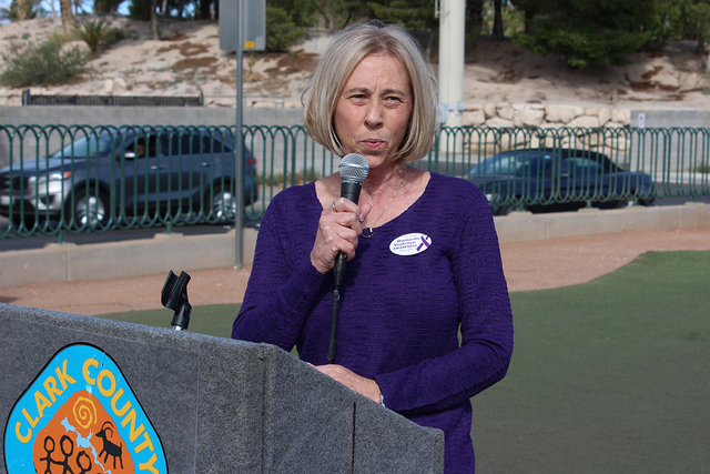 """La directora de Safe House, Julie Proctor, recordó que su organización provee apoyo a personas víctimas de violencia doméstica, el lunes 3 de octubre en el icónico letrero de """"Welcome to Fa ..."""