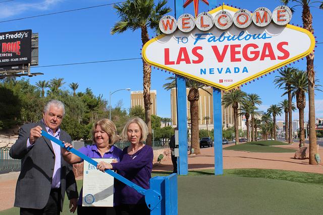 """El comisionado del Condado de Clark, Steve Sisolak, junto a Murphy y Proctor, encendieron el anuncio de letrero de """"Welcome to Fabulous Las Vegas"""" de morado, el lunes 3 de octubre de 2016. Fot ..."""
