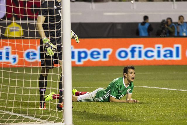 El mexicano Hirving Lozano (8) reacciona después de perder un tiro en la portería contra Islandia en el partido de fútbol masculino en el Estadio Sam Boyd el miércoles 8 de febrero de 2017 en  ...