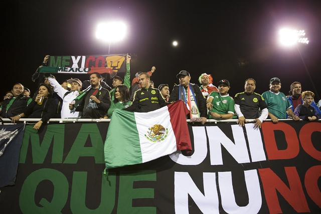 Los aficionados se animan antes del partido de fútbol masculino entre México e Islandia en el Estadio Sam Boyd el miércoles 8 de febrero de 2017 en Las Vegas. México ganó 1-0. (Erik Verduzco  ...