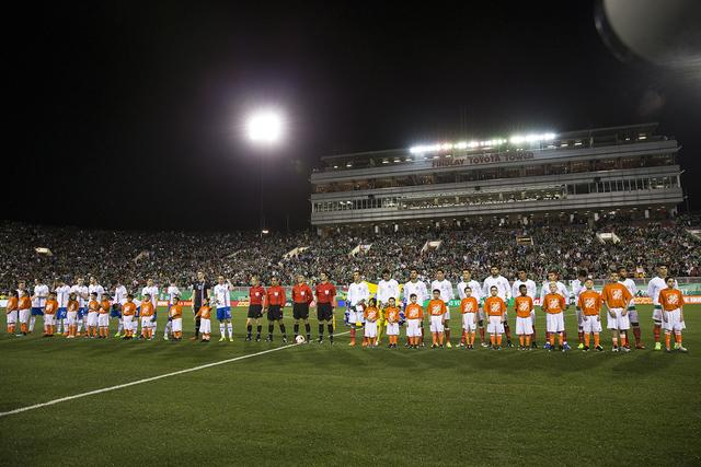 Equipos de Islandia y México toman el campo para el partido de la exposición de fútbol en el Estadio Sam Boyd el miércoles, 8 de febrero de 2017, en Las Vegas. México ganó 1-0. (Erik Verduzc ...