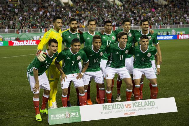 El equipo de fútbol masculino de México antes de su partido contra Islandia para un partido de exhibición en el estadio Sam Boyd el miércoles 8 de febrero de 2017 en Las Vegas. México ganó 1 ...