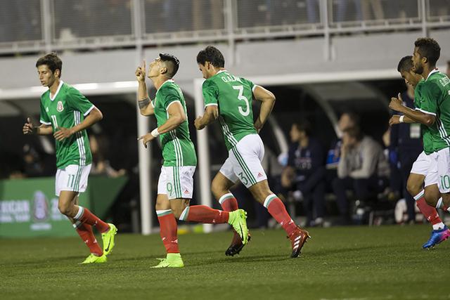 El mexicano Alan Pulido (9), centro, celebra su gol contra Islandia en el partido de exhibición de fútbol en el estadio Sam Boyd el miércoles 8 de febrero de 2017 en Las Vegas. México ganó 1- ...