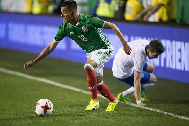 El mexicano Luis Reyes (18 años) busca un pase abierto contra Islandia en el partido masculino de exhibición de fútbol en el Estadio Sam Boyd el miércoles, 8 de febrero de 2017 en Las Vegas. M ...