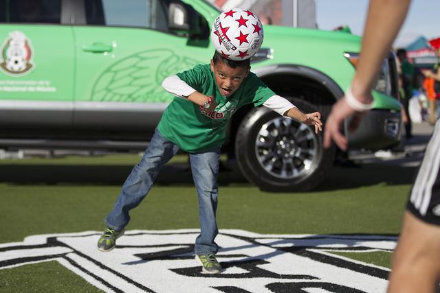 Gerson Huertero encabeza la pelota durante un ejercicio de ejercicio de fútbol antes del partido de fútbol masculino entre los equipos nacionales de México e Islandia en el Estadio Sam Boyd el  ...