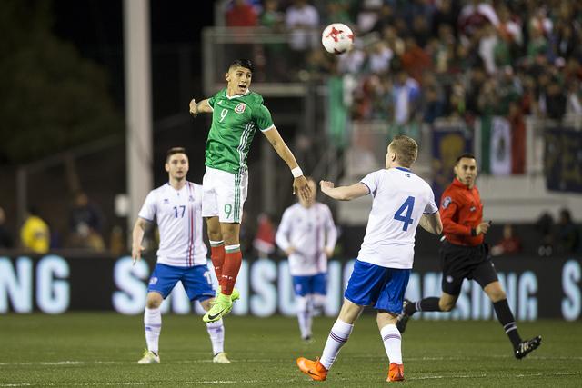 El mexicano Alan Pulido (9) encabeza la pelota contra Islandia en el partido de exhibición de fútbol en el Estadio Sam Boyd el miércoles 8 de febrero de 2017 en Las Vegas. (Erik Verduzco / Las  ...