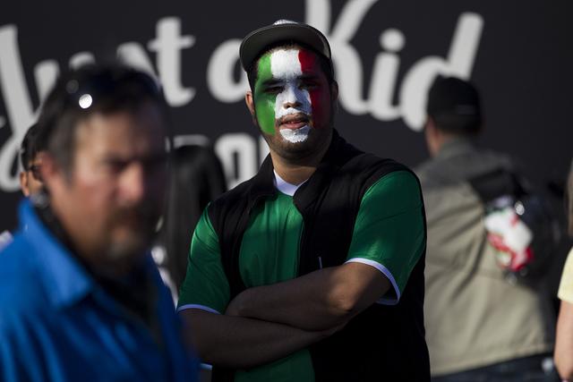 Jesús Salazar de Las Vegas asiste al partido de fútbol masculino entre los equipos nacionales de México e Islandia en el Estadio Sam Boyd el miércoles 8 de febrero de 2017 en Las Vegas. (Erik  ...