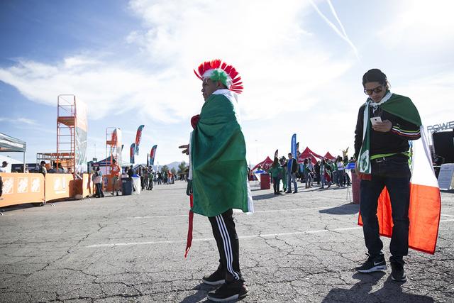 Ramiro Luis, a la izquierda, y Grabiel Mateo de Los Ángeles antes del partido de fútbol masculino entre los equipos nacionales de México e Islandia en el Estadio Sam Boyd el miércoles 8 de feb ...