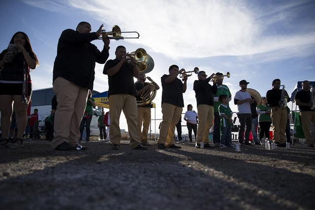 Una banda de música juega antes del partido de fútbol masculino entre los equipos nacionales de México e Islandia en el Estadio Sam Boyd el miércoles 8 de febrero de 2017, en Las Vegas. (Erik  ...