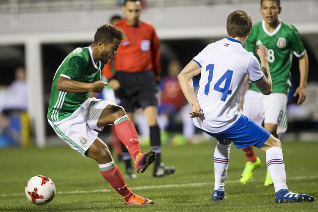 El mexicano Giovani Dos Santos (10) hace un pase bajo presión de Bodvar Bodvarsson (14) de Islandia en el partido de la exposición del fútbol en el estadio de Sam Boyd el miércoles 8 de febrer ...