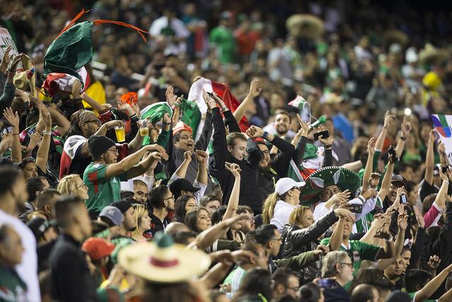 La gente asiste al partido masculino de fútbol entre México e Islandia en el estadio Sam Boyd el miércoles 8 de febrero de 2017 en Las Vegas. (Erik Verduzco / Las Vegas Review-Journal)