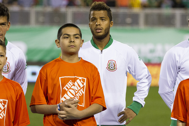 El mexicano Giovani dos Santos, centro, antes del partido de fútbol masculino contra Islandia en el Estadio Sam Boyd el miércoles 8 de febrero de 2017 en Las Vegas. México ganó 1-0. (Erik Verd ...