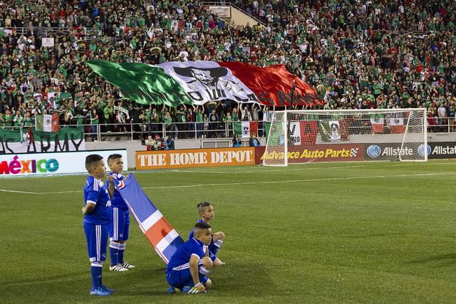 Antes del partido niños con la bandera de Islandia. Al fondo una parte de los más de 30 mil 600 asistentes. Fans exhiben una bandera personalizada con los colores mexicanos durante el partido de ...