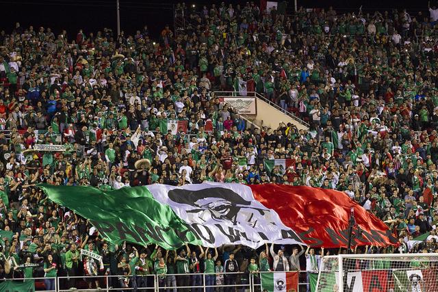 Los fanáticos exhiben una bandera personalizada con los colores mexicanos durante el partido de fútbol masculino entre México e Islandia en el estadio Sam Boyd el miércoles 8 de febrero de 201 ...