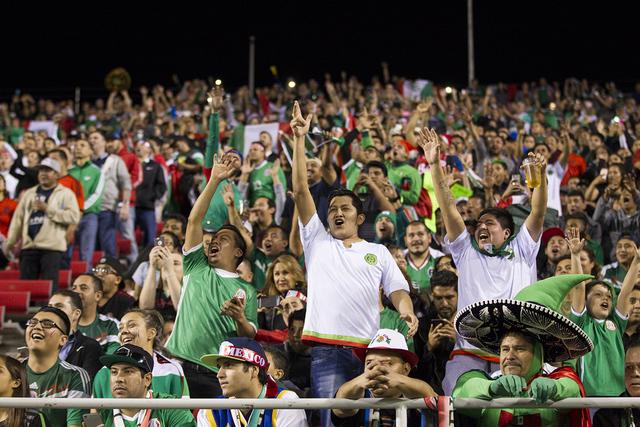 Los aficionados alegran durante el partido de fútbol de exhibición entre México e Islandia en el Estadio Sam Boyd el miércoles 8 de febrero de 2017 en Las Vegas. México ganó 1-0. (Erik Verdu ...