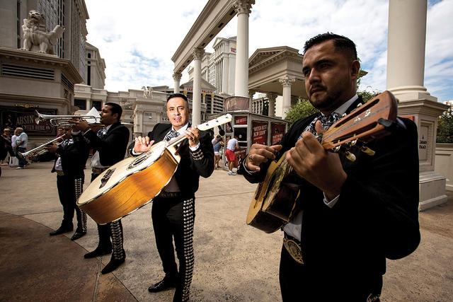 Mariachi Colima en el Roman Plaza afuera del Caesars Palace el jueves 12 de septiembre de 2013. | Foto Jeff Scheid/Las Vegas Review-Journal/ Archivo