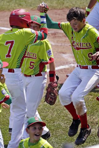 Gael Córtez de México de 7 años, celebra el jonrón que metió su compañero de equipo, Victor Juárez de 9 años durante la tercera entrada de un partido internacional de béisbol de la Serie  ...