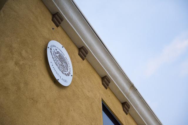 El escudo oficial de México luce al frente del edificio del Consulado de ese país en el centro de la ciudad de Las Vegas. (Foto Archivo/Daniel Clark/Las Vegas Review-Journal Follow @DanJClarkPhoto).